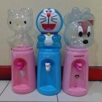 Dijual Dispenser Mini Aneka Karakter Kapasitas dispenser sebanyak 2 liter = kebutuhan harian 8 gelas Dispenser Karakter Galon Bening - Hello Kitty, Pooh, Panda, Minnie, Keropi, Rilakum, Doraemon . Ukuran kotak kemasan 16.5 x 16.5 x 45 cm Volume pengiriman 2 kg